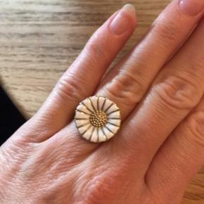 Sælger denne marguerit ring i forgyldt sølv. Str. 52/53. Der er et lille skår i emaljen men ikke noget man ser.