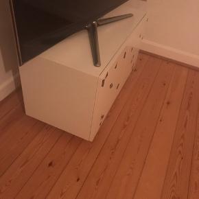 Tv-bord/skab fra Ikea. Der er påsat hjul og klistermærker(trekanter) der naturligvis kan fjernes. 80x38x47