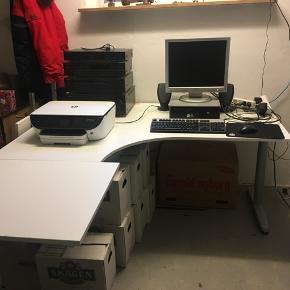 Skrivebord/ Computerbord i Hvid.  Der medfølger kabelskjuler nedenunder.  Måler 2 meter X 2,20 meter.  Det er ca 5 år gl. Nyprisen var 7000 kr. Sælges for KUN 1000 kr.