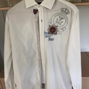 Smart skjorte med fine detaljer ;-)) flippen er lidt krøllet - derfor prisen, tænker nok det kan fikses med strygejern ;-))