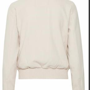 Aldrig brugt super lækker jakke fra inwear. Lidt stor i str.Bytter IKKE og evt Porto skal betales af køber  Jakke Farve: Råhvid Oprindelig købspris: 12000 kr.