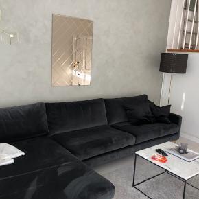 Virkelig lækker og eksklusiv sofa med chaiselong i velour dark grey fra Sofacompany. Købt i okt 2019 og fremstår derfor som ny. Afhentes i Brøndbyøster hurtigst muligt  Nypris 9999 kr.   Mål: Bredde 300 cm Højde 83 cm  Dybde 89 cm Sædehøjde 46 cm