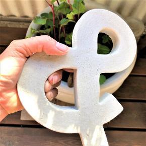 Stort, håndlavet &-tegn.  Højde ca. 17 cm.  Kan bruges inde eller ude. Mal det i sjove farver eller lad det være råt, som det er.  Sælges for 55 kr. + evt. porto.  Kan afhentes på Frederiksberg