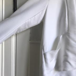 Hvid blazer i small eller lille medium. Aldrig brugt. Med skrå lommer og ingen lukkemekanisme.  70 pct. model, 30 pct. polyester.  Jeg sender gerne - køber betaler fragt 📦 Bytter ikke.
