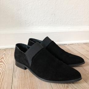 Copenhagen Shoes / Sort suede / læder indvendigt / elastik i side og top / brugt en enkelt gang eller to / står som nye kun tegn af brug under sål / fin sko til hverdag og fest