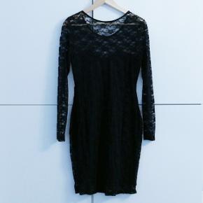 En sort kjole fra H&M som passer M/L. Brugt et par gange. Kan afhentes i Charlottenlund eller København.