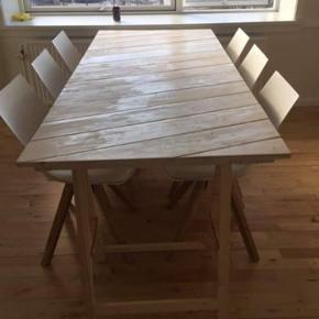 Planke bord, 198cm langt, og 86 cm bredt..  standen er næsten som ny, da det ikke rigtig er blevet benyttet ☺️