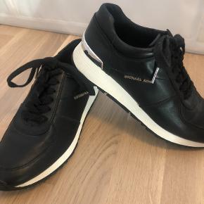 Michael Kors sneakers i størrelse 37,5 (US 7).  Modellen hedder Allie Trainer.   Skoene er prøvet på, men aldrig brugt.   Tjek gerne mine andre annoncer :D