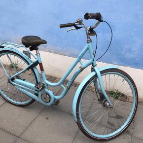Sælger denne retro cykel i blå farve, retro med lædersæder og læder styr, 7 gear og håndbremse  Lås og super dæk  Defekte detaljer: Kæden er løs , 'røget af' Der er ikke bag og forlygte  Ring klokke virker ikke  Den er ikke brugt særligt meget men har stået under halvtag i en rum tid