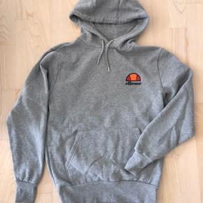 Meget fin og velholdt hoodie fra ellesse, grå str. S. Brugt få gange og er som ny.