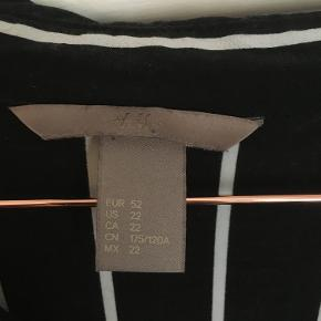 Lang sort skjorte med hvide striber.