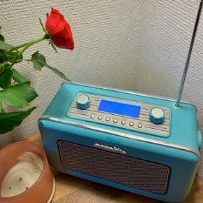 Lækker blå DAB radio med Bluetooth funktion fra Memphis! Den er blevet brugt meget, dog virker den stadig præcis som den skal! Der er lidt malingpletter på, men ikke noget der gør det store! Er åben for seriøse bud:)