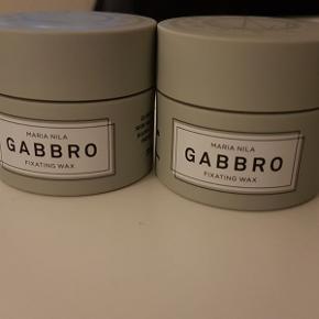 2 stk. Maria Nila Gabbro Fixating Wax 50 ml., ikke åbnet, ikke brugt!  Maria Nila Gabbro Fixating Wax er en mud voks, der har et stærkt hold med en mat finish. Det er en hurtigttørrende voks, der med sit stærke hold er perfekt til kort hår. Du kan skabe fylde, tekstur og et råt pjusket look. Den har en fantastisk varm, men frisk duft.  Det er den første hårvoks på markedet der både har Leaping Bunny, PETA og Vegan Society certificeringen, altså det er både 100% vegan venligt og ikke testet på dyr. Der ud over er Gneiss Fixating Wax uden sulfater og er parabenefri.  Fordele: Fixating Wax Hold 5 ud af 5 Mat effekt Velegnet til kort hår Parabene og sulfate fri 100% vegan venlig og ikke testet på dyr Skøn duft  Den kan bruges i tørt eller fugtigt hår.  Værdi: 119 kr. pr stk. Pris: 50 kr. - 2 stk. for 90 kr. - sender gerne.