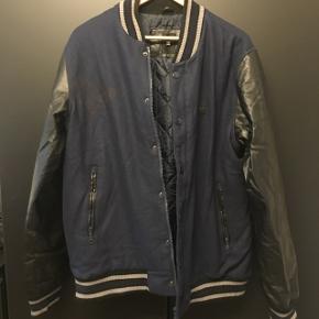Bomber jakke fra DC. I uld og læder. Brugt meget få gange..