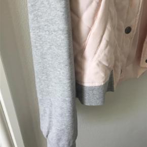 Brand: Noise may Varetype: Bomberjakke Farve: Rosa grå Oprindelig købspris: 349 kr. Prisen angivet er inklusiv forsendelse.  Denne bomberjakke er helt ny og stadig med mærke.   68 % polyester 12 % nylon . Ærmer 100% bomuld. Den er rigtig flot på. Giver et lidt råt look til en sort eller grå kjole. Er også god til jeans. HELT NY, aldrig brugt.