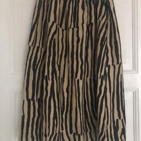 Arket nederdel i silke blend.  Smukt dyreprint... Elastik i taljen og sidelommer.. Super fin stand...