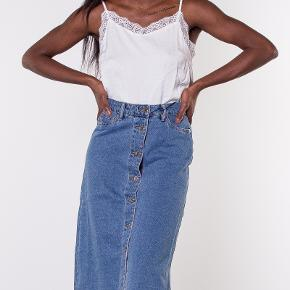 Højtaljet denim nederdel med knapper. Brugt og vasket meget få gange, men fremstår ny. Stor i størrelsen og passes af en str small.    Tjek også mine andre annoncer - spar fragten ved køb af flere gode sager 🌸