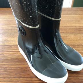 Fine gummistøvler fra Lemon Jelly med aftagelig top af skaft. Sporty støvle i genbrugs gummi.