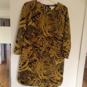 Fin kjole/tunika fra H&M m fine detaljer - str 36 brugt 1 gang