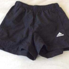 Varetype: Sports shorts Størrelse: 7-8år Farve: Sort  Fine shorts til sport   De hvide mærker indvendigt er klippet ud men selve størrelsesmærket er der endnu, uk størrelse hedder 7/8 og har passet fra 8-10 her hos os