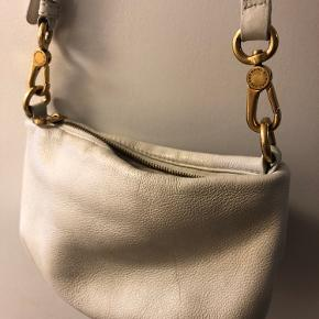 • Crossbody taske fra Marc by Marc Jacobs • Hvid/cremefarvet • Brugsspor på læderet (se billeder)