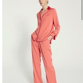 Smuk sæt i pyjamasstyle helt nyt med prismærke sælges kun samlet