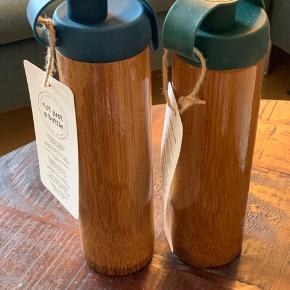 2 x bambus flasker fra NOT Just a bottle En grøn og en blå 1 stk 75kr eller 2 for 125 Nypris 250kr stk