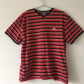 Rød vintage Nike t-shirt med blå og hvide striber, str. XL/42, kan også bruges oversized