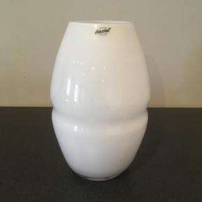 Vase fra Herstal i hvid. Højde 22 cm.  Afhentes 6818 eller 6700