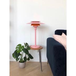Sælger denne smukke store bordlampe i lyserød og orange. 💘  H:55, Ø: 40   Byd gerne!