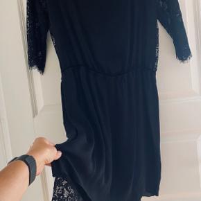 Smukkeste kjole. Style Siamue.   Kjolen er rummelig og i fin silke med elastik i taljen. Underkjolen er dejlig blød og superelastisk hvilken gør kjolen rigtig behagelig at bære.