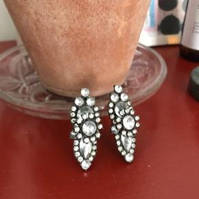Super fine chunky øreringe med sten, som kan pifte ethvert outfit op 🤩  🌎Afhentes på Nørrebro  💌 Kan sendes for 10.kr. Med alm brev.