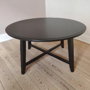 Kragsta sofabord fra Ikea i sort. I fin stand, men med brugsspor.  Mål: Diameter: 90 cm Højde: 48 cm