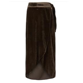 Denne Dark Brown velvet (velour) slå om nederdel er lang, Den eraldrig brugt.  Det er en str. 42, men er selv en 38 - og kan stadig passe den ☺️👐🏼 Jeg får den desværre ikke brugt.  Ny pris er 1300kr (!!)