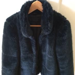 Super fin pels fra Zara. Desværre lidt for lille til mig. Brugt få gange. Str S. Og mørkeblå.