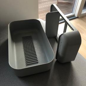 RIG TIG - DISHY  Sælger dette opvaskestativ da vi har fået en opvaskemaskine. Nyprisen var vidst 300 kr.