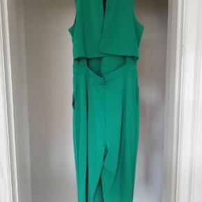 Ny grøn lang buksedragt. Uden ærmer og med flot åbning i ryggen. Aldrig brugt, mærket sider endnu på. Byd gerne 😊 (jeg sender også gerne flere billeder)