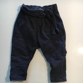 Marineblå bukser med bindebånd som pynt - de er lidt småkrøllet men fejler ellers intet