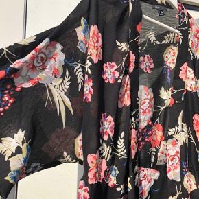 Brugt få gange. Som ny. Kan ligeledes bruges som kjole eller kimono.