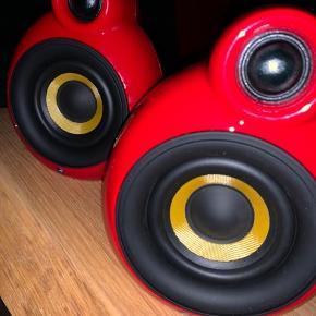 Sælger dette fede røde sæt højtalere fra PodSpeakers. De har kun været pakket ud for at teste lyden. Kom meget gerne med bud