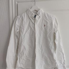 Super slim fit skjorte, der passer str. XS/S. Jeg er en alm. str. S.  Brugt meget få gange, men trænger til en tur med strygejernet.  100% bomuld.