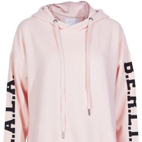 Sælger min lækre hoodie fra Lala Berlin, da jeg ikke få gået med den. Str. S, men den er meget oversize, så en M & Large, ville sagtens kunne passe den Den fremstå næsten som ny, da den kun er brugt max 5 gange  BYTTER IKKE  Nypris: 1.100kr MP: 700kr
