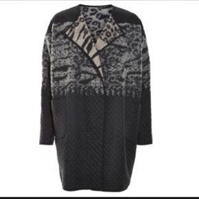 Skønneste vendbare frakke fra Heartmade. Den er kun brugt en enkelt gang. Sælges pga vægttab.