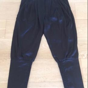 Lækker buks i sort satin med elastikstykke ved underbenet - meget smukke