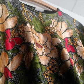 Vintage velour bluse.  Tjek og følg min shop for flere lækre ting. Jeg sælger ud af skabet og giver mængderabat 🌼🌼🌼