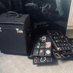 Smykke kuffert på hjul. 9 bakker fyldt med blandet smykker medfølger.
