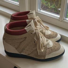 Rigtig fine Isabel Marant sko, der er gode til efteråret. De har lidt mærker i ruskindet og i læderet, men står stadig i god stand. Np 3000. Købt på farfetch. Str. 38