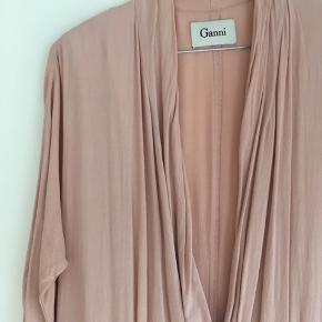 Flot buksedragt i smuk Rosa farve fra Ganni. Brugt få gange.
