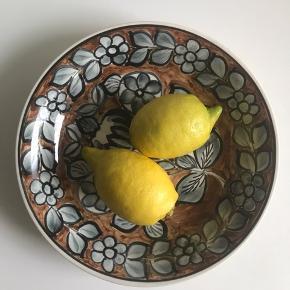 Fineste håndmalede fad/tallerken i fajanse fra Broste. 24 cm Kom gerne med et bud 🤗