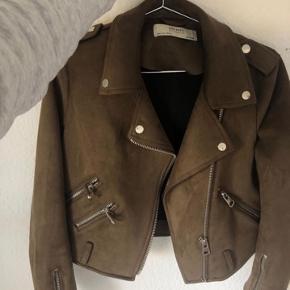 Sælger denne fede brune ruskinds jakke fra Zara.  Den har været brugt 2 gange  Byd!